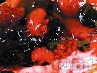 Чийзкейк с блат от бисквити и масло, сладко от горски плодове (боровинки и малини), крема сирене и заквасена сметана